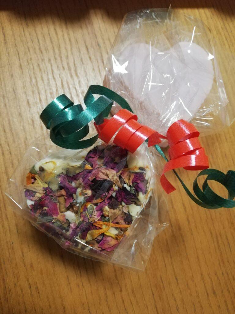Verpackte Seifenstücke mit Geschenksband