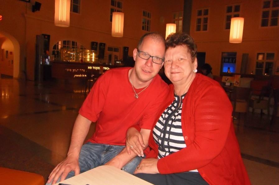 Roman Flassig Arm in Arm mit seiner leiblichen Mama abends in einem Gastgarten