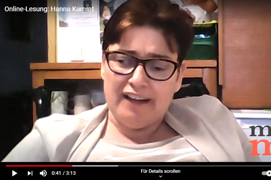 Hanna Kamrat trägt Brille und einen beigen Blazer
